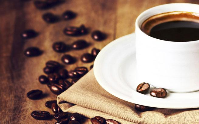 Schwarzer Bohnenkaffee: Fünf warme Getränke, die man mit einem ...
